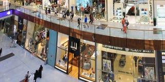Centro commerciale del Dubai, una vista superiore dell'interno, boutique e negozi, peopl Immagine Stock