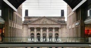 Centro commerciale di Berlino con Bundesrat all'estremità immagine stock