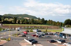 Centro commerciale di Blacklion in Greystones, vista sulla collina di Bray Head 17 luglio 2015 Immagine Stock