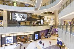 Centro commerciale di Hong Kong con vari rivenditori e ristoranti di nome di marca Fotografia Stock Libera da Diritti
