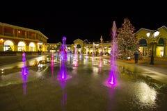 Centro commerciale di notte sui giorni di Natale, Italia Fotografia Stock Libera da Diritti