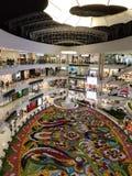 Centro commerciale di Santa Fe a Medellin, Colombia con la fiera del fiore della decorazione del fiore fotografie stock libere da diritti
