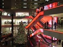 Centro commerciale durante le feste fotografie stock libere da diritti