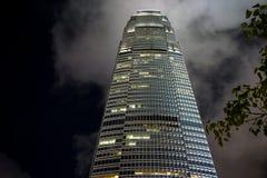 Centro commerciale internazionale Hong Kong contro il cielo notturno fotografie stock