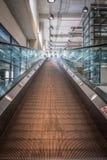 Centro commerciale interno delle scala delle scale mobili immagine stock
