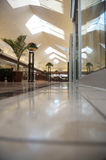 Centro commerciale - luminoso e pulito ma svuoti immagini stock libere da diritti