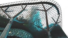 Centro commerciale moderno con la stazione di ferrovia di MRT al gradino della porta video d archivio