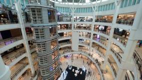 Centro commerciale Multistorey con i clienti fotografia stock libera da diritti