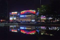 Centro commerciale nella città di notte Immagine Stock Libera da Diritti