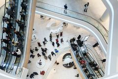 Centro commerciale rinnovato interno futuristico fotografia stock