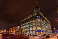 Centro commerciale vicino al ponte rosso o Camera commerciale Esders e Schaeifals alla notte St Petersburg, Russia Fotografia Stock Libera da Diritti