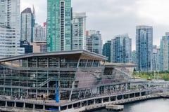 Centro congressi di Vancouver con l'orizzonte del centro della città fotografia stock