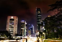 Centro da cidade de Jakarta na noite imagens de stock royalty free