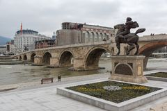 Centro da cidade de Skopje, ponte de pedra velha, monumento de Karposh e rio de Vardar, com referência a foto de stock royalty free