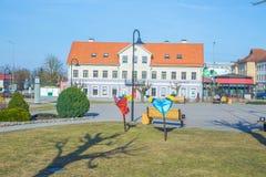 Centro da cidade e casa velhos em Saldus, Letónia Fotografia de Stock