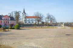 Centro da cidade e igreja velhos em Saldus, Letónia Fotografia de Stock Royalty Free