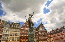 Centro da cidade histórico de Francoforte e estátua de Justitia que guarda a espada e as escalas Imagem de Stock Royalty Free
