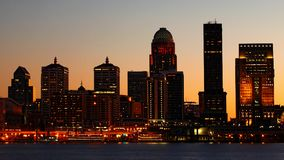 Centro da cidade da noite de Louisville, Kentucky através do Rio Ohio imagem de stock royalty free