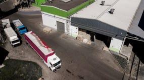 Centro da logística, fotografia aérea de carregamento dos caminhões fotografia de stock