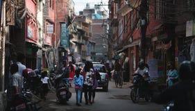Centro da rua de Thamel de turismo aglomerado e de lojas em Nepal Foto de Stock