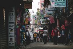 Centro da rua de Thamel de turismo aglomerado e de lojas em Nepal Fotografia de Stock