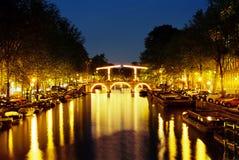 Centro de Amsterdam de la noche Fotos de archivo libres de regalías