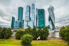 Centro de asunto moderno de los rascacielos en Moscú, Rusia Foto de archivo