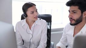 Centro de atención telefónica Operadores que trabajan en centro del contacto almacen de metraje de vídeo