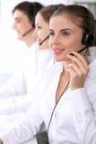 Centro de chamadas Foco na mulher bonita nos auriculares Fotos de Stock