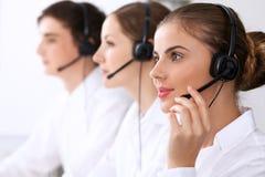 Centro de chamadas Foco na mulher bonita nos auriculares Foto de Stock