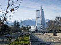 Centro de cidade da baixa de santiago do Chile com andes fotos de stock