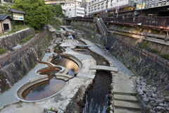 Centro de cidade de fluxo da passagem do córrego da mola quente de Arima Onsen em Kita-ku, Kobe, Japão foto de stock