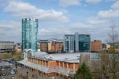 Centro de cidade de Sheffield, olhando para a porta de St Mary fotografia de stock