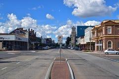Centro de cidade de Goulburn com a estrada principal quieta da rua castanha-aloirada, Novo Gales do Sul, Austrália Fotografia de Stock