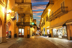 Centro de cidade na noite. Alba, Italy. Fotografia de Stock