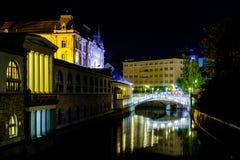 Centro de cidade triplo da ponte de Ljubljana e do rio Ljubljanica foto de stock