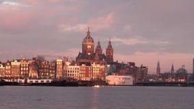 Centro de cidade velho de Amsterdão cedo na manhã video estoque
