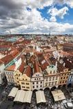 Centro de cidade velho de Praga, tiro sobre a câmara municipal, República Checa Foto de Stock