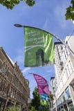 Centro de ciudad de Cardiff con la recepción a las banderas de Cardiff en un formato vertical y un cielo azul Fotografía de archivo libre de regalías