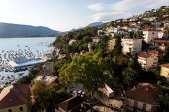 Centro de ciudad cerca del agua en el Herceg Novi imagenes de archivo