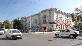 Centro de ciudad de Chisinau con los coches, trolebuses de los peatones almacen de metraje de vídeo
