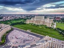 Centro de ciudad de Bucarest y el palacio del parlamento en la puesta del sol, AE imagenes de archivo