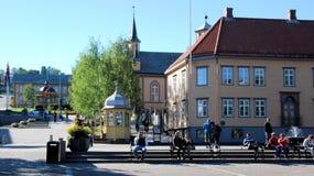 Centro de ciudad de Tromso - RÃ¥dhusgate cuadrado con pequeño Casthedral católico de madera y las casas de madera Imagen de archivo