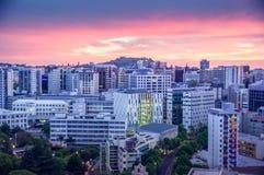 Centro de ciudad durante puesta del sol fotografía de archivo libre de regalías