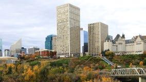 Centro de ciudad de Edmonton, Canadá con el álamo temblón colorido en caída foto de archivo