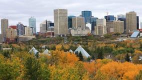 Centro de ciudad de Edmonton, Canadá con el álamo temblón colorido en primero plano foto de archivo libre de regalías