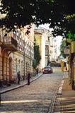 Centro de ciudad histórico Calle pavimentada estrecha medieval con los edificios y las casas finlandeses viejos imagen de archivo libre de regalías