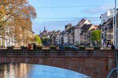 Centro de ciudad histórico de Estrasburgo en día soleado del otoño imagenes de archivo