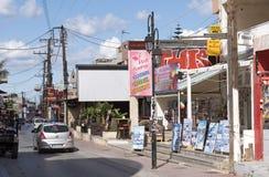 Centro de ciudad de Malia, un centro vacacional del Cretan Imágenes de archivo libres de regalías