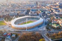 Centro de ciudad de Minsk encendido con luz del sol Estadio principal de la ciudad foto de archivo